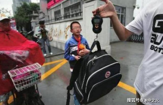 日本小学生书包都装什么?书本只占小部分,这些东西中国孩子没有