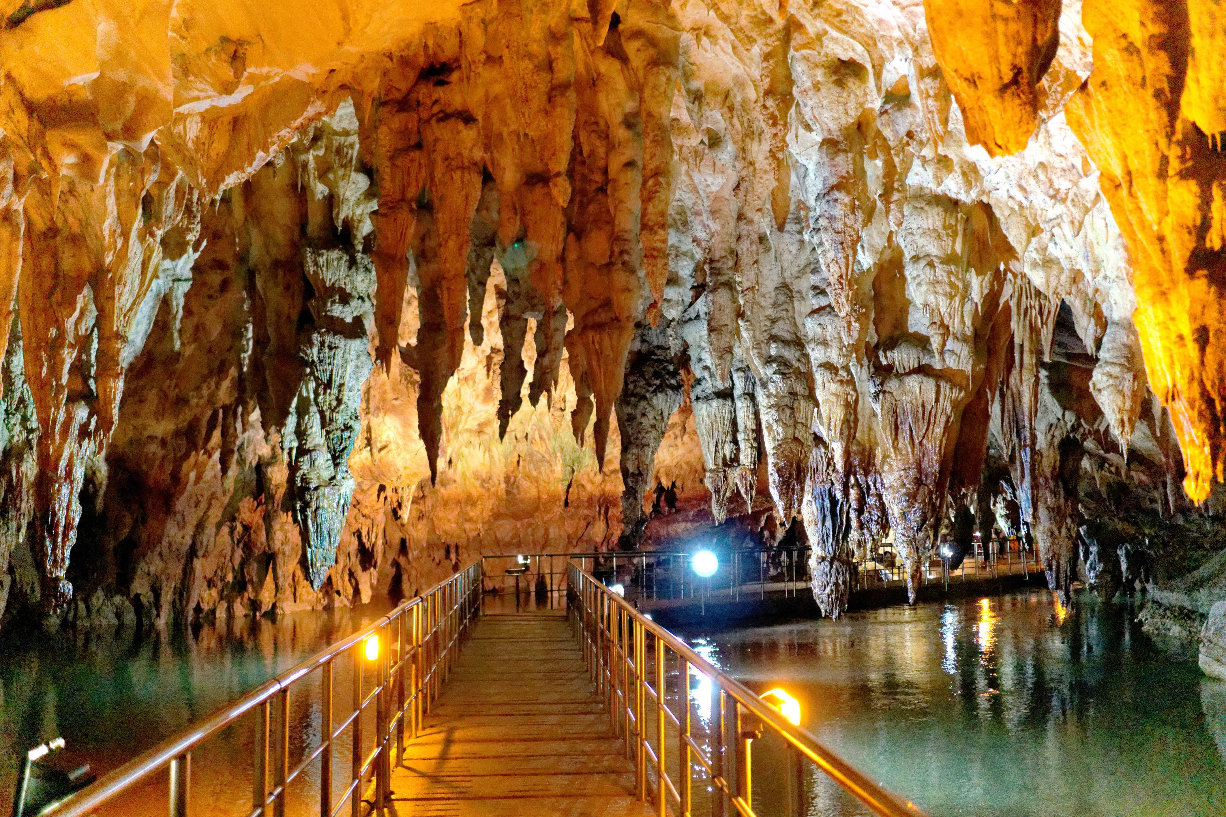 走进希腊阿加亚提斯洞穴地下堤岸和独特虹彩营造神秘氛围<_中欧新闻_欧洲中文网