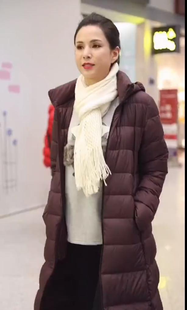 李若彤穿旧款羽绒服走机场,打扮的像个老奶奶,气质却高雅脱俗!