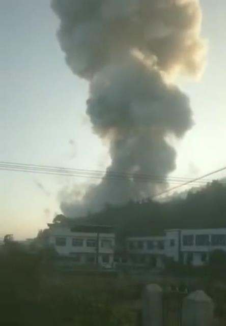 湖南花炮厂爆炸目击者:砖块炸飞,现场升起蘑菇云状黑烟