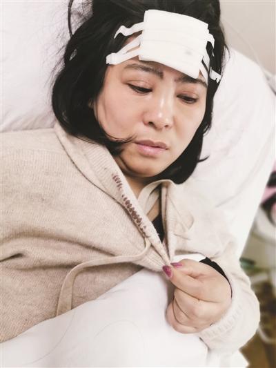 1米8高路牌突然倒下,江苏涟水女教师为保护学生被砸伤头部