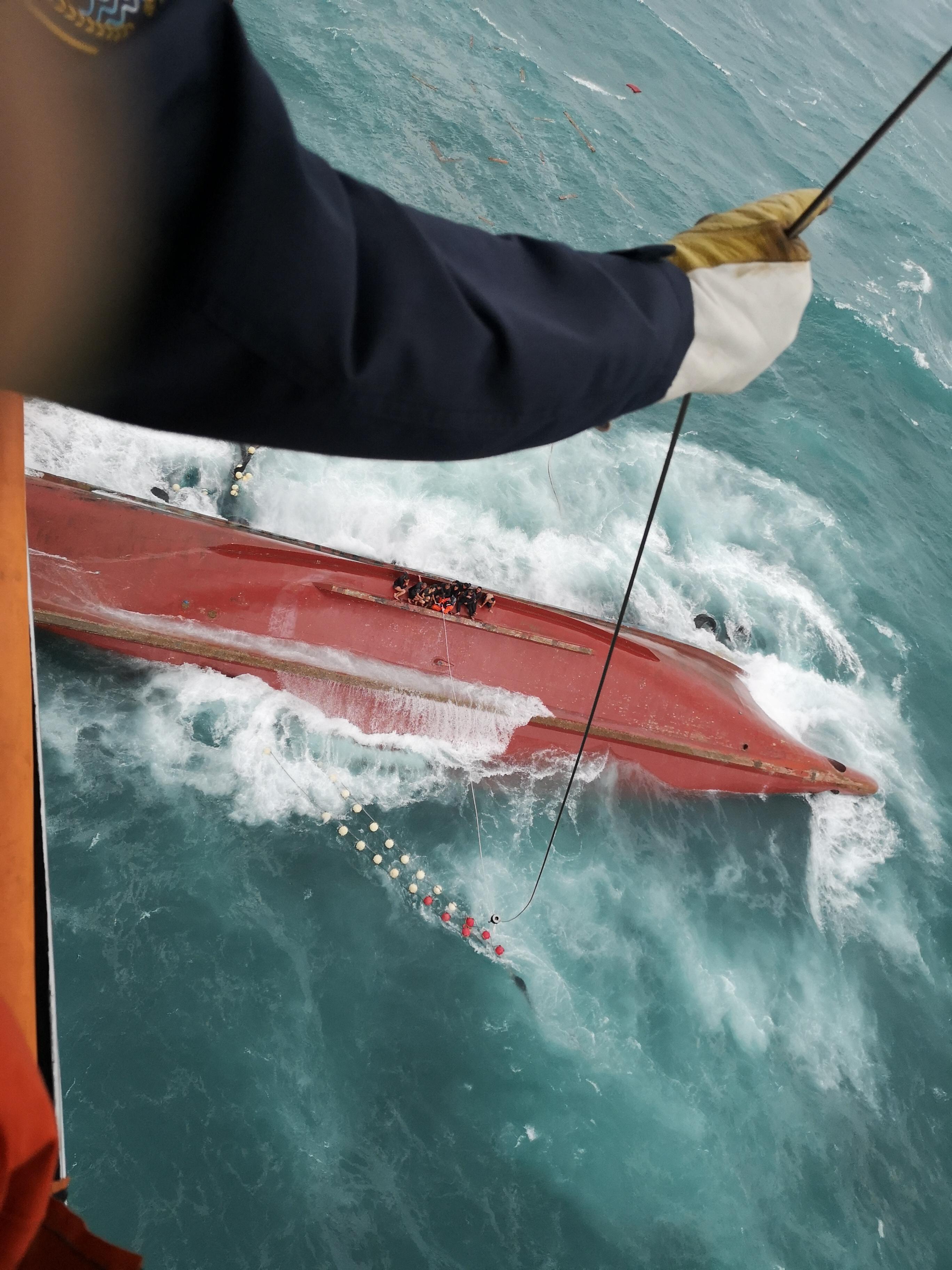 福建渔船翻沉位置为台湾海峡,救助者做好潜水探摸准备