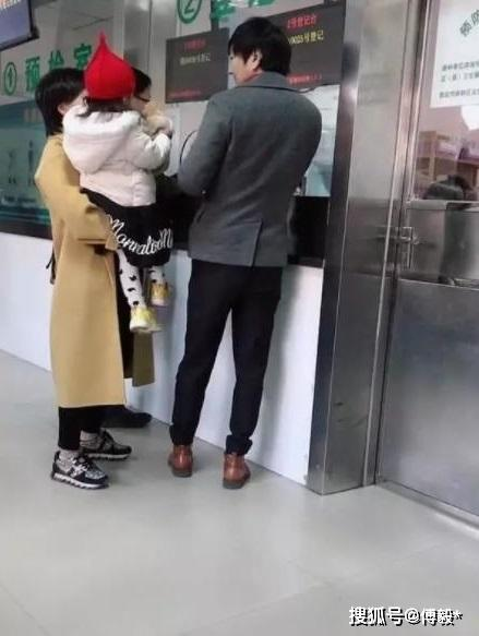 王大治带两岁女儿打疫苗宛若慈父,妻子颜值气质被董洁完爆