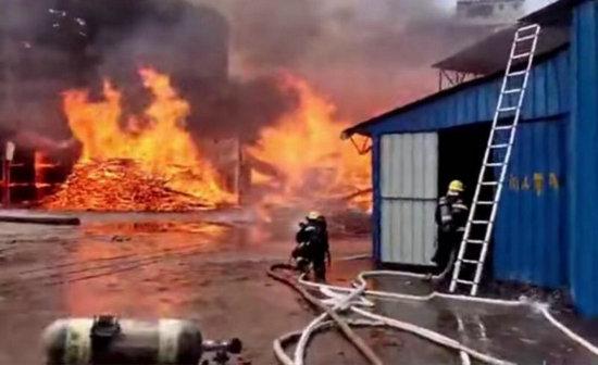 广东清远一木材厂发生火灾 周边三栋居民楼人员已安全转移