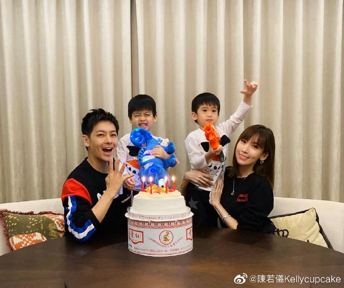 林志颖陈若仪为双胞胎儿子庆生,哥哥Kimi掌镜头,兄弟俩越长越帅