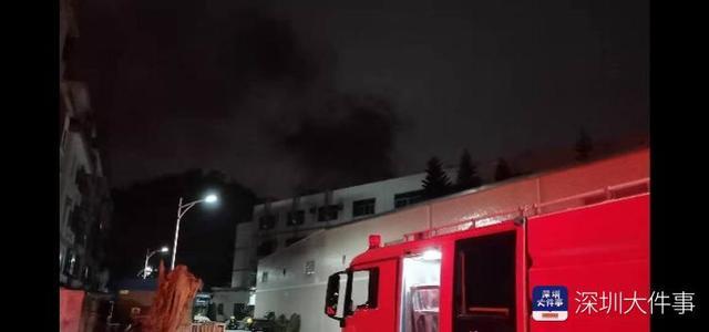 深圳一仓库突发大火,气味刺鼻,工人紧急疏散,幸无伤亡