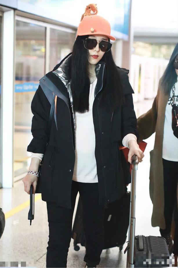 范冰冰现身机场赶往好莱坞工作,她的大肚子十分抢镜