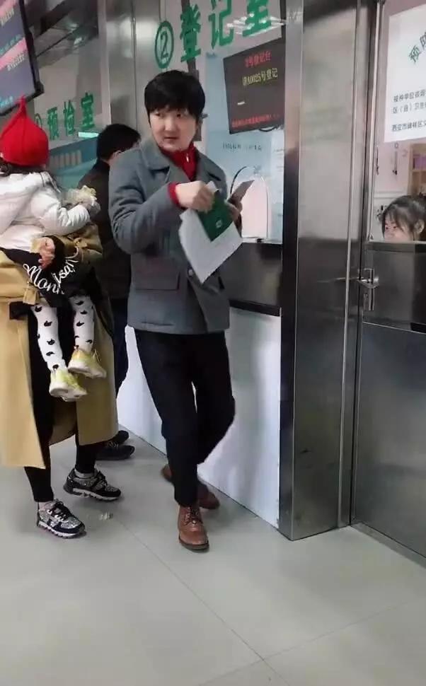 王大治近照曝光像老头,带女儿排队打针非常