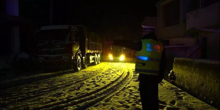 威宁交警为病危婴儿开启生命通道,风雪中的暖心一幕