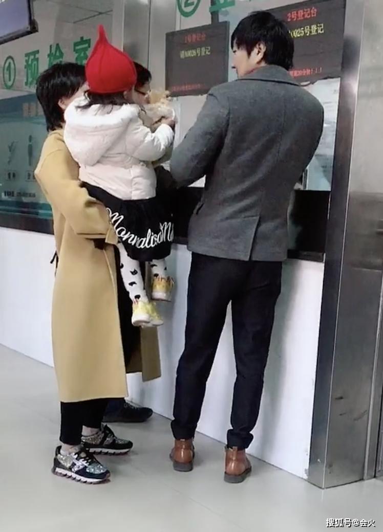 疑似王大治2岁女儿正脸首曝光?被神秘俏女郎抱着,小脸俊俏可爱