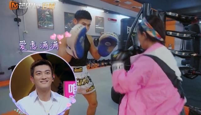 霍思燕和男教练打拳击,撒娇攻击打打闹闹,杜江莫名被戳中笑穴