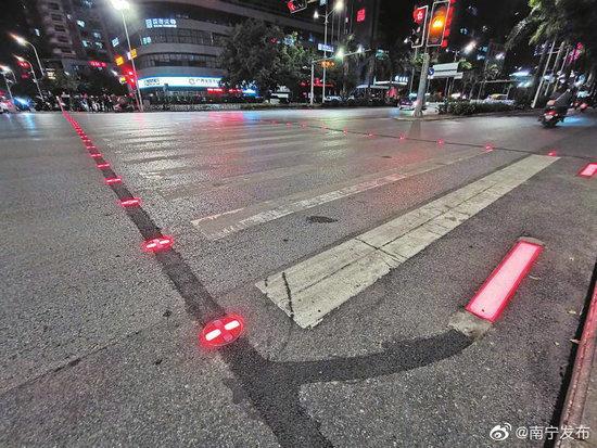"""南宁街头现闪光斑马线 这条会""""闪光""""的斑马线有何神奇处?"""