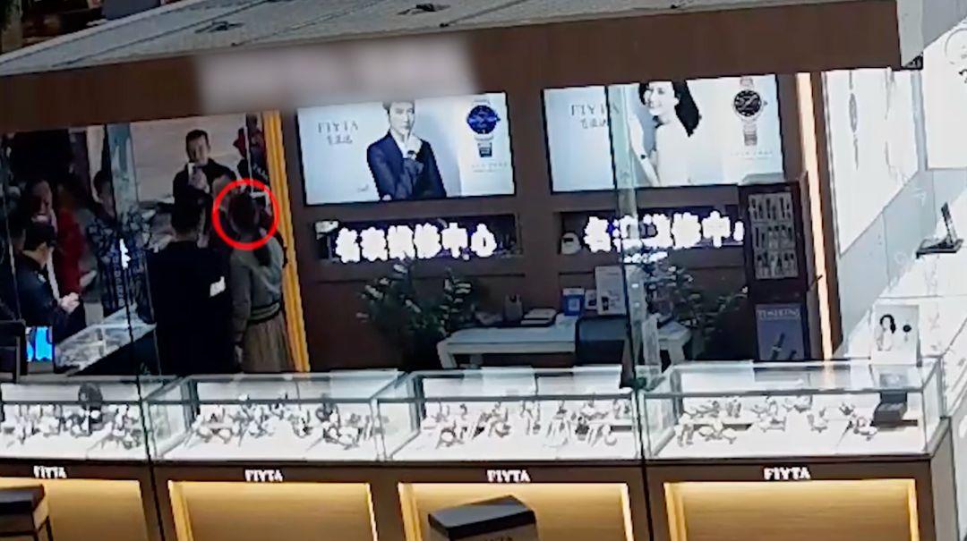 """抓捕审讯视频首次曝光!劳荣枝身背7命潜逃20年,为何""""败""""给了它?"""