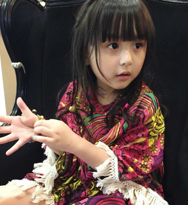 """为了让孩子变美,亲妈给六岁女儿""""割双眼皮"""",网友:太可怜了"""