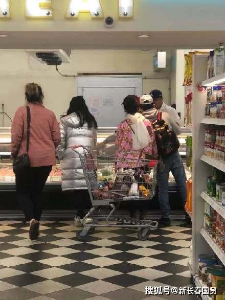 范冰冰近照曝光,现身美国和妈妈逛超市,面色红润状态好