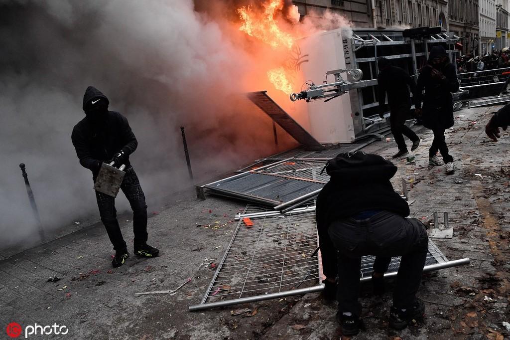 """法国全国大罢工80万人上街,黑衣人""""点燃""""巴黎"""
