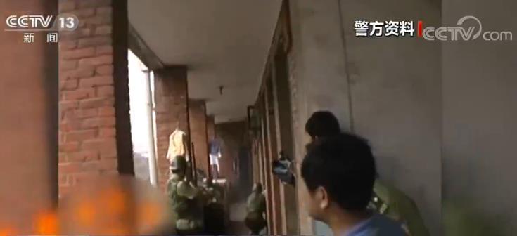 绑架杀人案逃犯劳荣枝同伙法子英曾与警方枪战 抓捕前躲在大衣柜