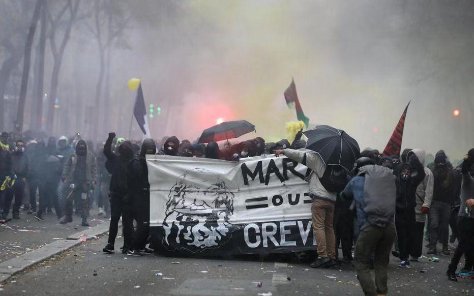 法国爆发跨部门大罢工:80多万人示威 交通大瘫痪