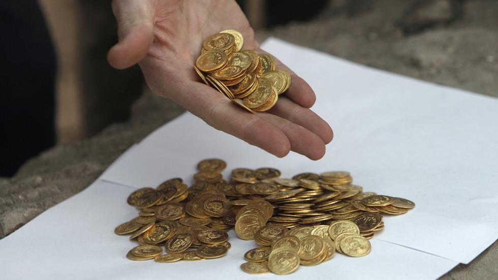 """印度""""最幸運的人"""":中大獎后,又在地里挖出2500枚古幣"""
