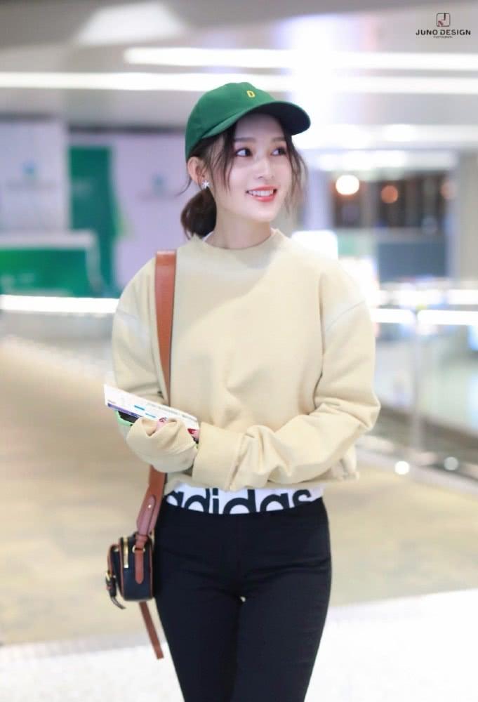 """美丽""""冻人"""",李沁空降机场米色毛衫搭配高腰裤,网友:不冷吗?"""