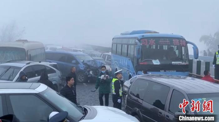 蓉遵高速贵州习水段发生多车连环相撞事故 涉及37辆车