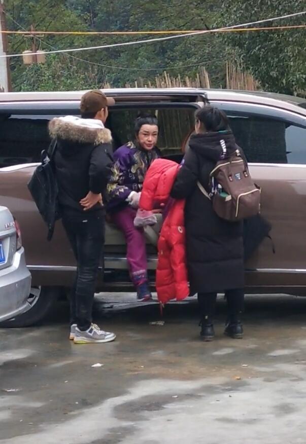 64岁刘晓庆真实颜值曝光,路人镜头下与精修图判若两人,完全认不出