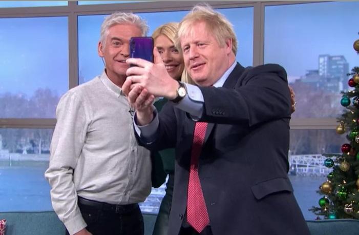 英国首相华为自拍 官方回应:不是首相本人的手机
