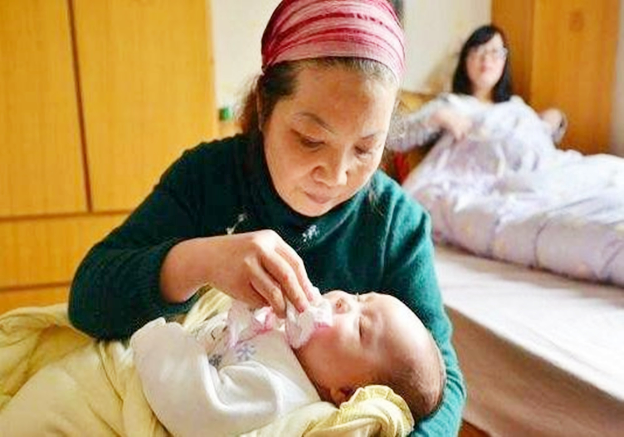 5年前因吃奶太用力,被妈妈剪刀戳脸的男婴,现状让人很欣慰