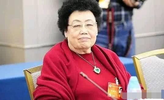 她慈禧后裔,身价525亿,她不动筷全家不敢动,拥有北京一条街