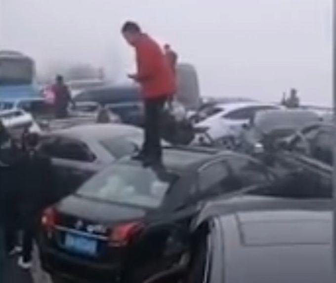 遵蓉高速约20辆车追尾,23人受伤入院,雾天行车注意这些事