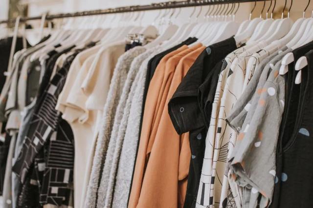 """口语交际丨关于""""穿衣""""的英语你知道怎么表达吗?_on"""