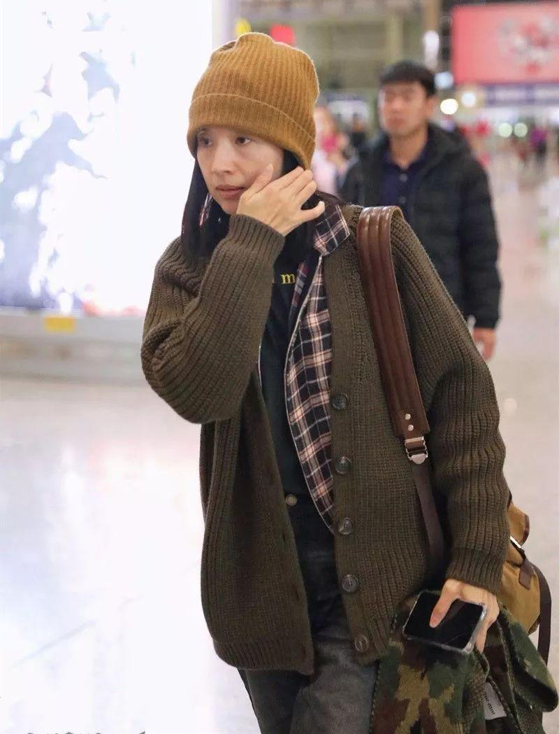 董洁跌下神坛了?素颜憔悴好沧桑,在机场都穿上了老年针织衫!