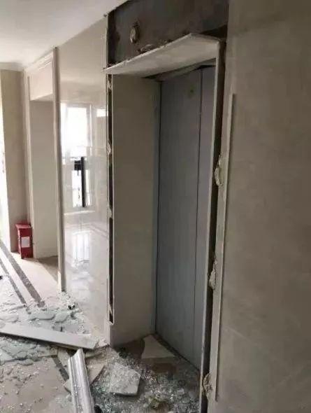 紧急提醒!因为这个动作,电梯门直接炸了!很多人都有这种习惯!