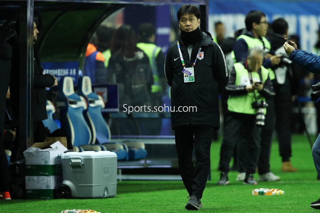 刘国梁正式签约网易 与张天爱现场比颠球