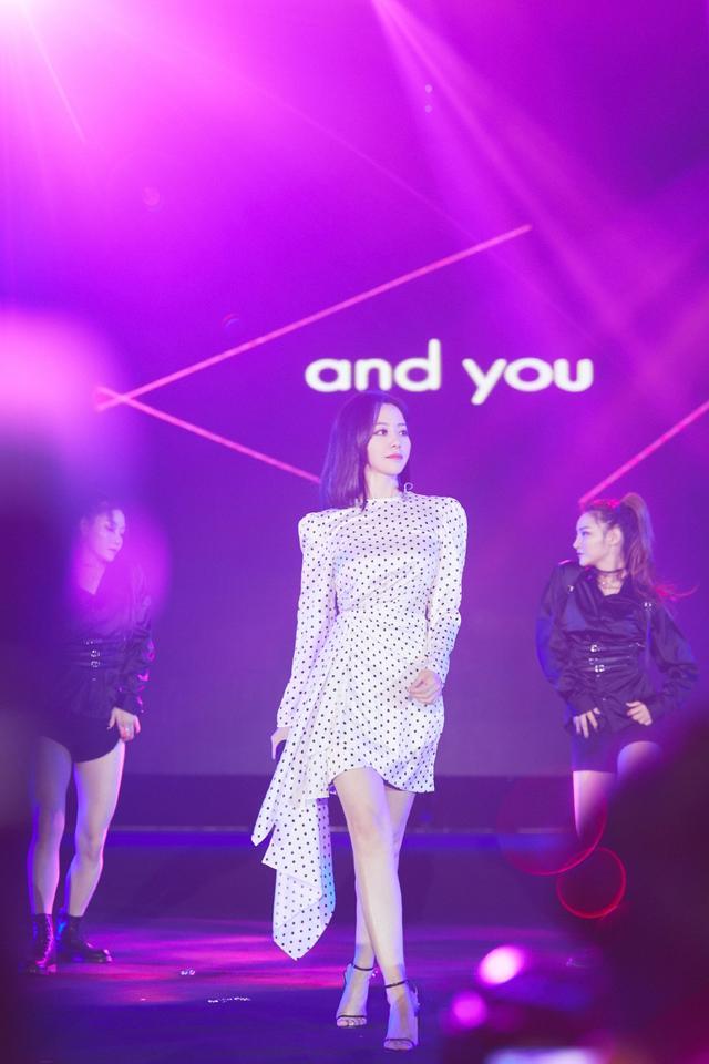 张靓颖太美了,一袭收腰波点裙展现完美身材曲线,青春减龄又显瘦_体式