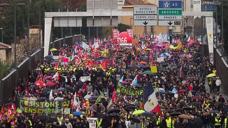 法國70多座城市爆發大游行 80多萬人走上街頭!到底在鬧什么?_養老金