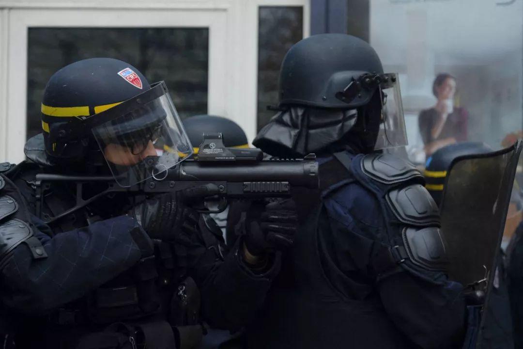 """香港反对派记者自称被法国警察""""炸伤""""。_高登"""