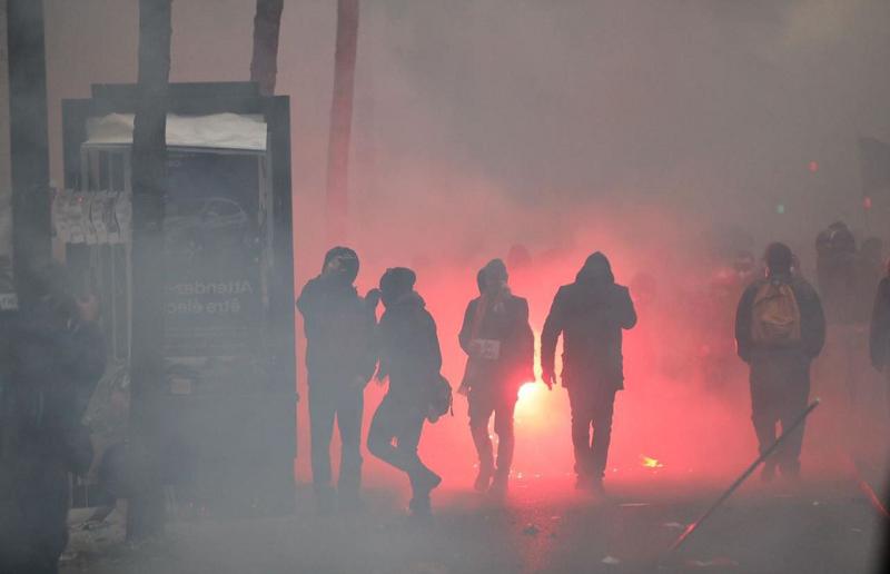 法国70多座城市爆发大游行 80多万人走上街头!到底在闹什么?