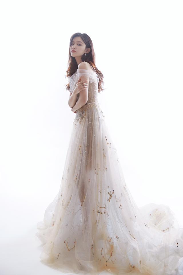 林允出席活动仙气十足,穿亮钻轻纱长裙显高挑身材,美得让人心动_双手
