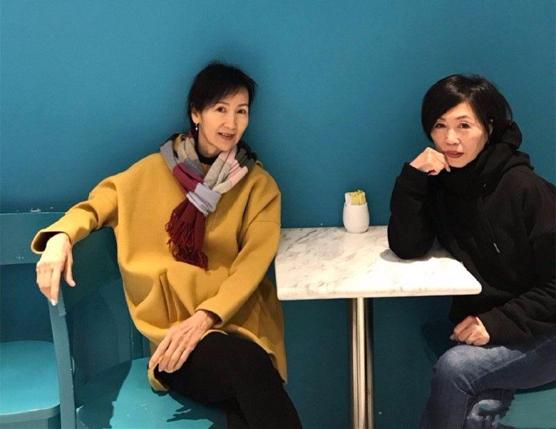 61岁陈美琪不打针,老了也很优雅漂亮,穿姜黄色大衣挺会赶时髦!