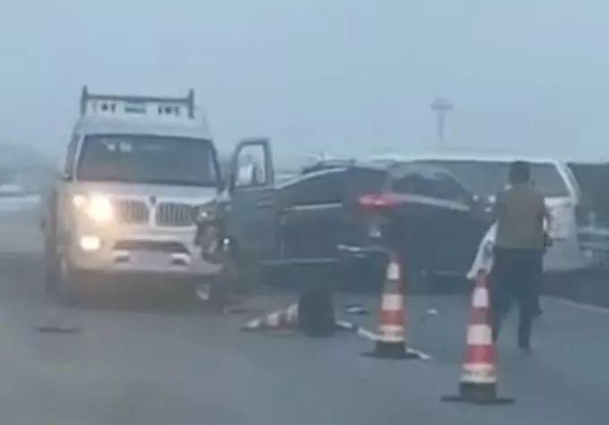 37辆车连环追尾 23人受伤入院,这条高速路上演惊魂一幕