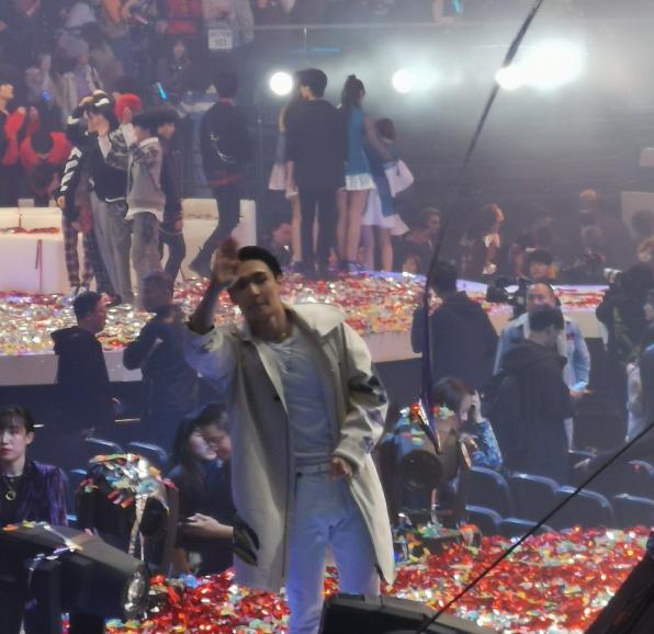 张艺兴遭遇舞台事故,升降台设备故障,他失足摔跤,女粉丝喊叫小心 作者: 来源:芒果捞娱乐学妹