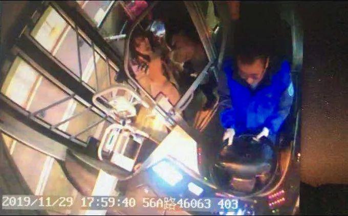 成都公交车上,女乘客手机丢失后求助,不料突然倒下…_何伟