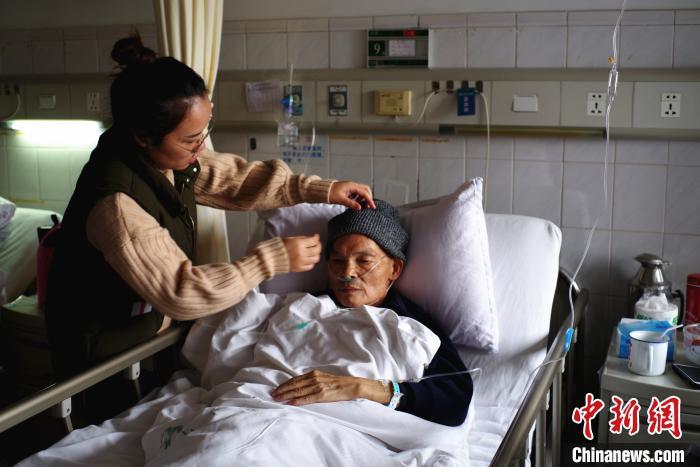 廣西退休老人熱心助學15年 募集助學款資助學生超千人次