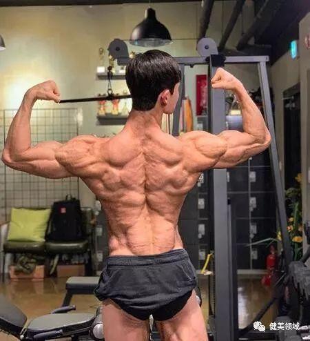 体型偏瘦?4个动作坚持做,一样让背部练得更加宽厚_进行