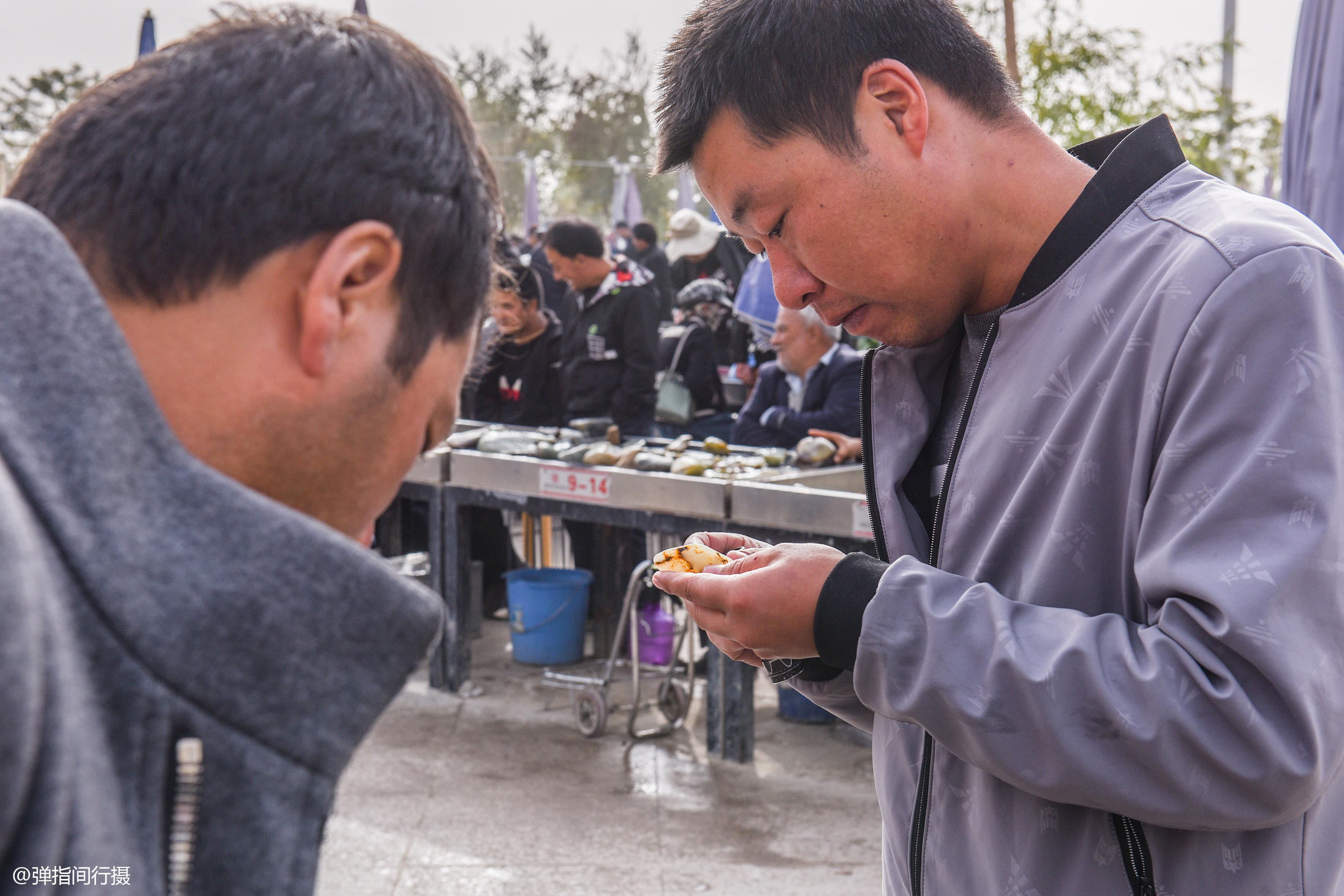"""新疆和田玉石摆摊卖,像""""菜市场""""可讨价,一块开价却高达上千万"""