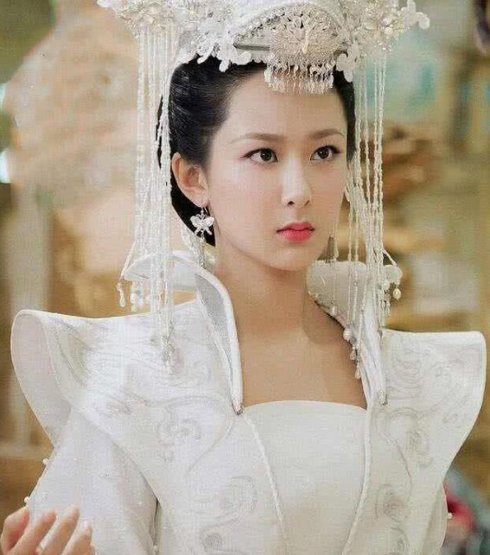 古装嫁衣:杨紫冷酷,李沁霸气,鞠婧祎唯美,杨幂大气,她很经典