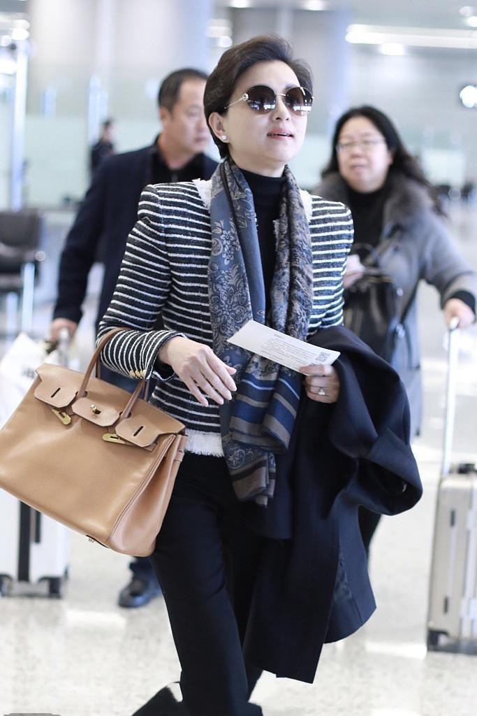 杨澜穿优雅套装现身,打扮个性自然,不装嫩有质感!