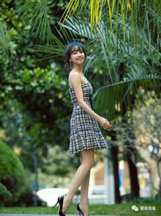 低估了宋茜的好身材,當她穿上復古抹胸裙,細腰長腿美成尤物