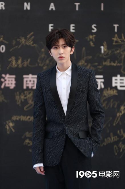 蔡徐坤亮相海南岛电影节闭幕式 明年将开演唱会